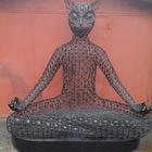 Кот медитатор-скульптура -лавочка из металла