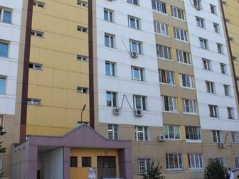 Недалеко от центра продается однокомнатная квартира на первом этаже (этаж высокий!!!) дома 2007 года строительства, построенном для офицеров ФСБ,  2 застекленные в Хабаровске