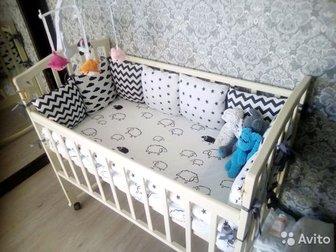 Кроватка молочного цвета, состояние хорошее,  Регулируется по высоте,  Также отдам бортики сменные 2 комплекта   одна простынь, один ч/б, другой цветной,  Матрас в Ижевске