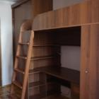 Кровать-чердак с письменным столом внизу и полками