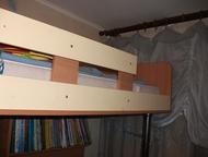 Детская мебель Вверху матарс кровать внизу стол письменный и шкафчики для книг и