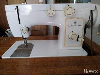 Продам швейную машинку с ножным и электро приводом,  Стол-тумба,  Стоит около 10 лет без дела,  В достойном состоянии,  Все рабочее,  Нужно смазать и отрегулировать, в Новосибирске