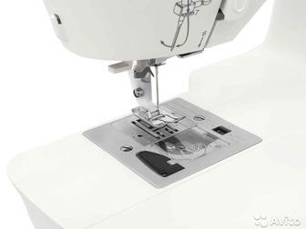 Швейная машина Singer Fashion Mate 3342 оборудована горизонтальным челноком, обладает нитевдевателем, и выполняет разнообразные строчки, в том числе, декоративные в Новосибирске