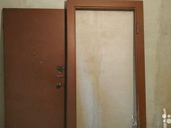 Продается входная настоящая металлическая дверь не из фольги,  Замок нестандартный с секретом,  Имеется глазок, щеколда, рукоятки,  Металл толщиной 2 мм,  Размер в Новосибирске