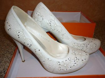 Увидеть фото Свадебные платья Продам белоснежное свадебное платье 33373563 в Перми