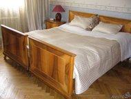 Спальный гарнитур: кровать, шкаф и еще мебель Состоящий из 7 предметов элегантны