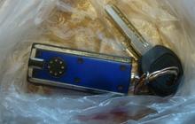 Найдены ключи от машины с синим брелком